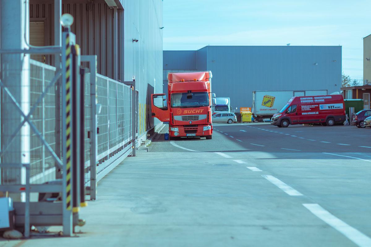 Červený kamión za skladom