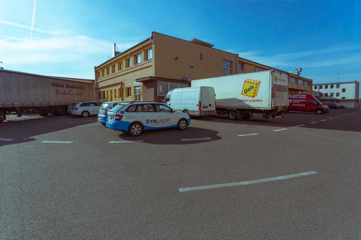Parkovacie miesta za skladom