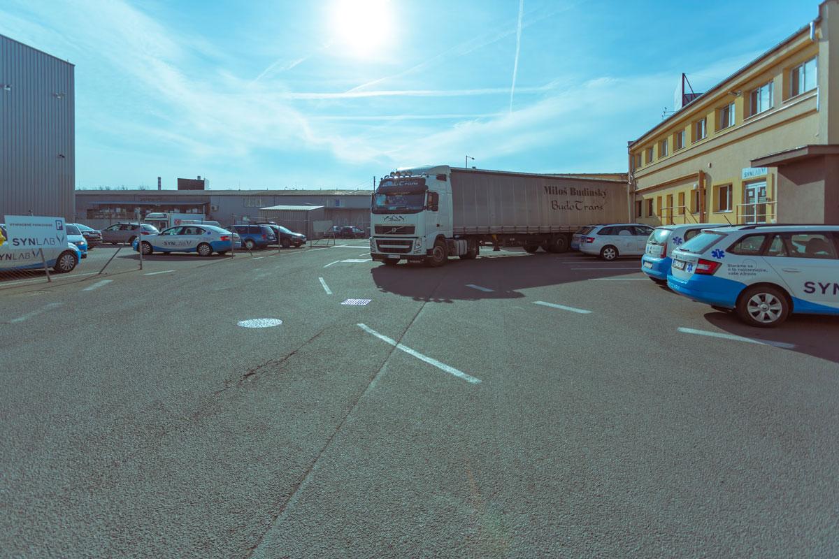 Prejazd kamiónu za skladom